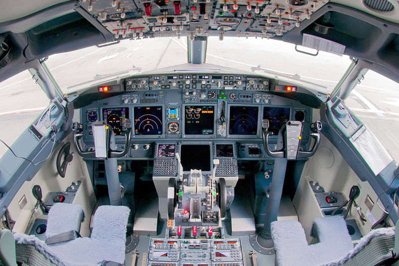 800px-S7 Airlines Boeing 737-8ZS flight deck Beltyukov